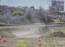 Concurrence pour les tracteurs agricoles sur le pré vert biz photo stock
