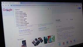 Concurrencia que mecanografía en la búsqueda de Google almacen de metraje de vídeo
