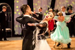 Concurrenten dansende langzame wals of tango Stock Afbeelding