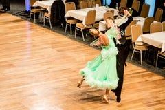 Concurrenten dansende langzame wals of tango Royalty-vrije Stock Foto's