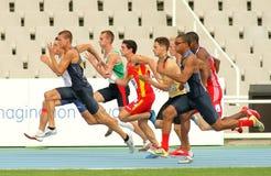 Concurrenten op begin van 100m Stock Fotografie