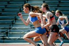 Concurrenten op begin van 100 m-vrouwen Stock Afbeeldingen