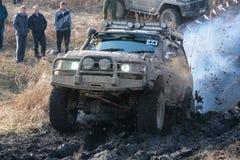 Concurrentie in een jeep-proef onder amateurs en beroeps in het drijven langs slechte gezondheid op 4x4-auto's stock afbeelding