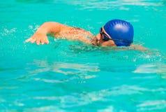 Concurrentie in het concurrerende zwemmen in de pool Stock Foto's