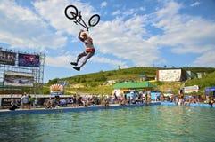 Concurrentie op een duik op een fiets, een snowboard, royalty-vrije stock fotografie
