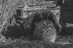 Concurrentie van off-road auto's Fragment van auto met de herfstaard op achtergrond Stock Fotografie