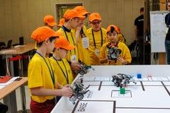 Concurrentie van robots onder schoolstudenten Stock Afbeelding