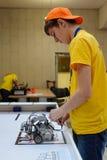 Concurrentie van robots onder schoolstudenten Stock Foto's