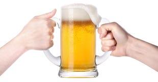 Concurrentie van twee menselijke handen met bier in glas Stock Foto's