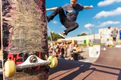 Concurrentie voor het met een skateboard rijden en gekrast skateboard stock afbeelding