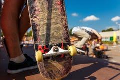 Concurrentie voor het met een skateboard rijden en gekrast skateboard stock fotografie