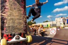 Concurrentie voor het met een skateboard rijden en gekrast skateboard stock afbeeldingen