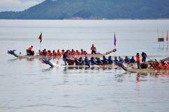 Concurrents de Dragon Boat emballant à la ligne d'arrivée Image stock