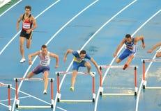 Concurrents des hommes d'obstacles de 400m Photos stock