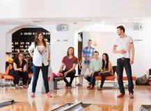 Concurrents masculins et féminins dans le club de bowling Images stock