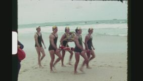Concurrerende Badmeester Teams Carrying Equipment stock footage