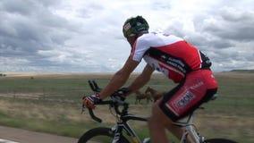 Concurrerende fietser in rode kleding die een goede score proberen te hebben stock videobeelden