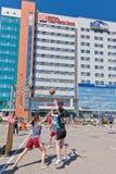 Concurso general en el streetball del patio del asfalto entre muchacha Fotos de archivo libres de regalías