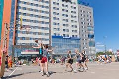Concurso general en el streetball del patio del asfalto entre muchacha Fotografía de archivo libre de regalías