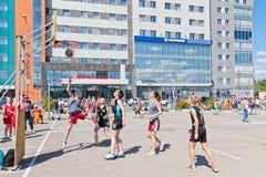 Concurso general en el streetball del patio del asfalto entre muchacha Imágenes de archivo libres de regalías