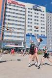 Concurso general en el streetball del patio del asfalto entre muchacha Imagenes de archivo