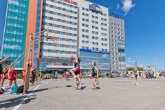 Concurso general en el streetball del patio del asfalto entre muchacha Foto de archivo