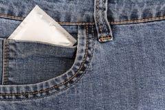 Condón en un bolsillo de vaqueros gastados Foto de archivo libre de regalías
