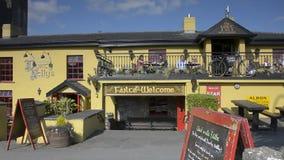 Condado Clare, Irlanda - Sept 8, 2015: O castelo do Bunratty da Irlanda e o bar públicos os mais famosos de Durty Nelly, condado  vídeos de arquivo