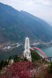 Condado de Wenshan, Chongqing Wenfeng Forest Park que pasa por alto el puente y el condado de Wushan de Wushan el río Yangzi Fotos de archivo