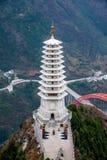 Condado de Wenshan, Chongqing Wenfeng Forest Park que pasa por alto el puente y el condado de Wushan de Wushan el río Yangzi Imágenes de archivo libres de regalías
