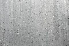 Condensação da água do close up no fundo do vidro de janela imagens de stock