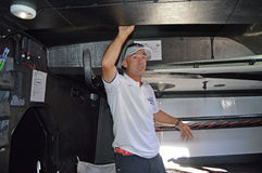Condensador de ajuste y timonel Maciel Cicchetti de la vela debajo de cubiertas en Team Vestas Wind foto de archivo
