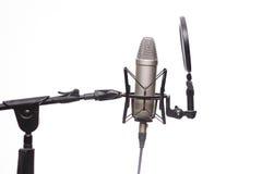 Condensador Mic On Stand In Studio aislado en blanco Imagenes de archivo
