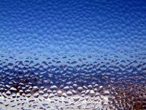 Condensatie op een venster stock afbeeldingen