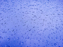 Condensation en verre bleue de douche Photographie stock libre de droits