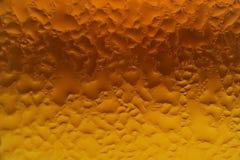 Condensation sur la bouteille en verre de gradation de couleur d'ambre et d'or pour le fond de texture images libres de droits