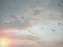 Condensation sur le verre pendant le matin Baisses sur le verre Photo libre de droits