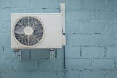 Condensatorairconditioner met uitstekende baksteenachtergrond Stock Afbeelding