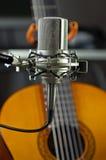 Condensatore mic dello studio con la chitarra acustica Fotografia Stock Libera da Diritti