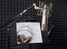 Condensatormicrofoon in opnameruimte Stock Afbeeldingen