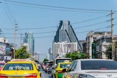 Condição do engarrafamento na estrada com muitos fio congestionado da eletricidade ao redor e construções modernas como o fundo e fotos de stock