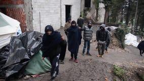Condições de vida horríveis sob barracas no campo de refugiados em Bósnia Crise emigrante europeia filme