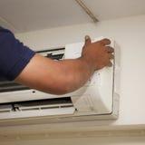 Condicionador de ar dos técnicos de reparo Imagens de Stock