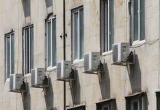 Condicionador de ar Condicionador de ar fora da construção acima da rua Os condicionadores de ar gotejam na rua e no passeio imagens de stock