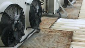 Condicionador de ar grande sobre uma construção comercial video estoque