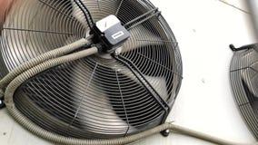 Condicionador de ar industrial Grandes f?s industriais em uma planta moderna video estoque
