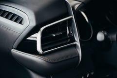 Condicionador do carro o fluxo de ar dentro do carro Interior do detalhe Canais de ar, defletores no painel do carro imagem de stock
