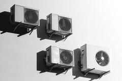 Condicionadores de ar brancos na parede branca imagens de stock royalty free