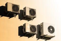 Condicionadores de ar brancos na parede branca fotos de stock royalty free