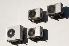 Condicionadores de ar brancos na parede branca imagem de stock